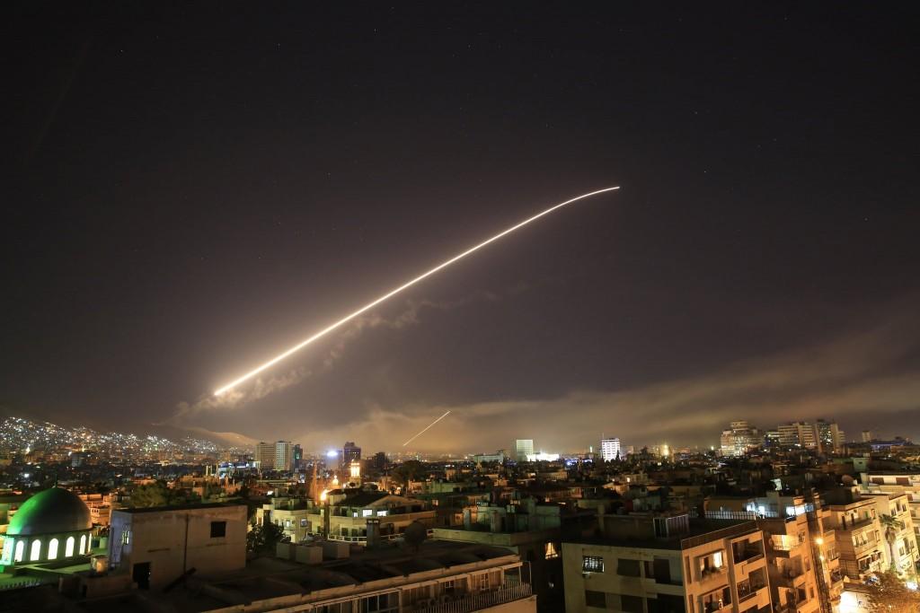 EE.UU., Francia y Reino Unido bombardearon bases sirias