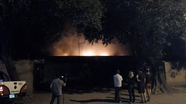 Incendio devora una fábrica de colchones en Córdoba capital