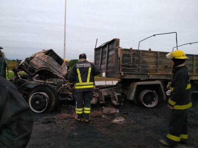 Una persona murió en espectacular triple choque de camiones en Villa María