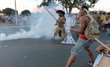 Brasil: indígenas con arcos y flechas chocan contra policías