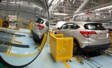 Fuerte caída de la producción automotriz: 21% en abril