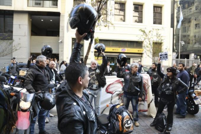 Los motociclistas no tendrán que llevar la patente en el casco