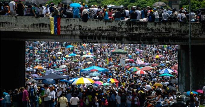 Maduro limita derechos constitucionales y suma más muertos