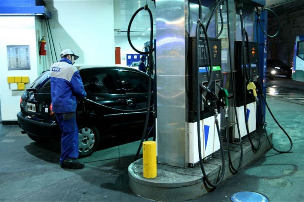 Polémica entre el Gobierno y las petroleras: el viernes aumenta un impuesto y subirían las naftas