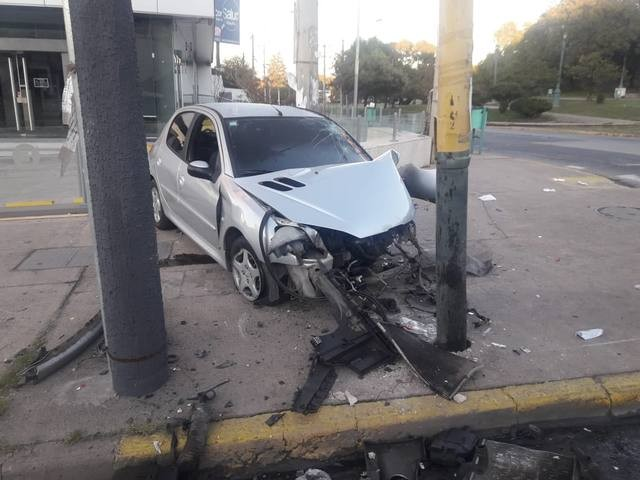 Violento choque de un auto contra un poste  en el Cerro de las Rosas