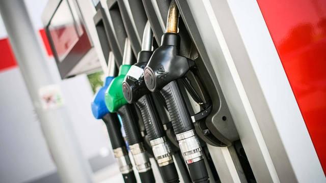 Postergan por un mes la suba del impuesto a los combustibles