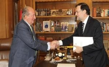 El rey Juan Carlos de España abdicó en favor de su hijo, el príncipe Felipe