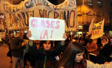 Docentes, padres y alumnos, juntos en una protesta callejera