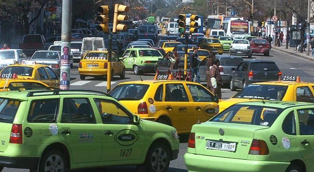 Taxistas marchan por el centro contra los remises periféricos