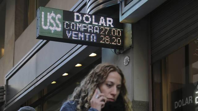 El dólar marcó un nuevo récord y cerró a $ 28,42