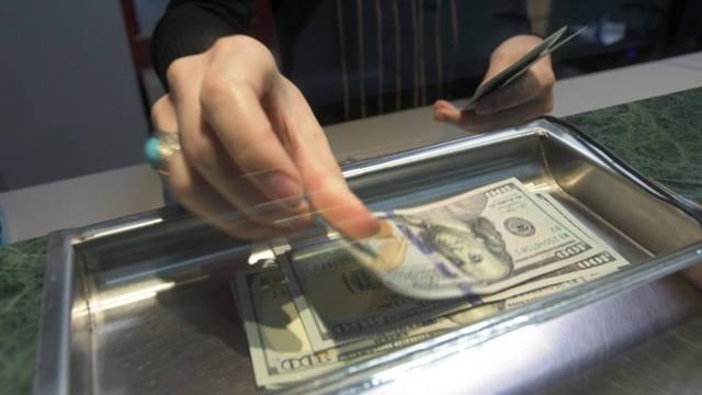 El dólar cerró a $ 28, tras la llegada de los fondos del FMI