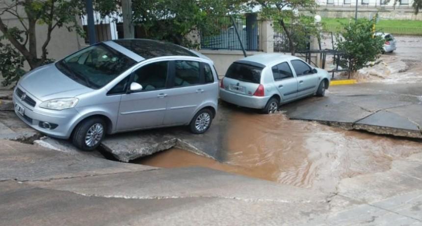Un caño roto provocó que cediera el pavimento en Costanera Norte
