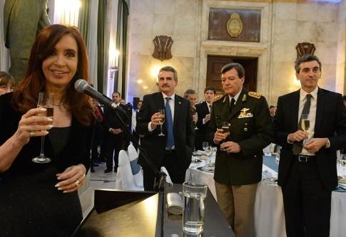 En la misma mesa quien dice defender los derechos humanos y el investigado por represión