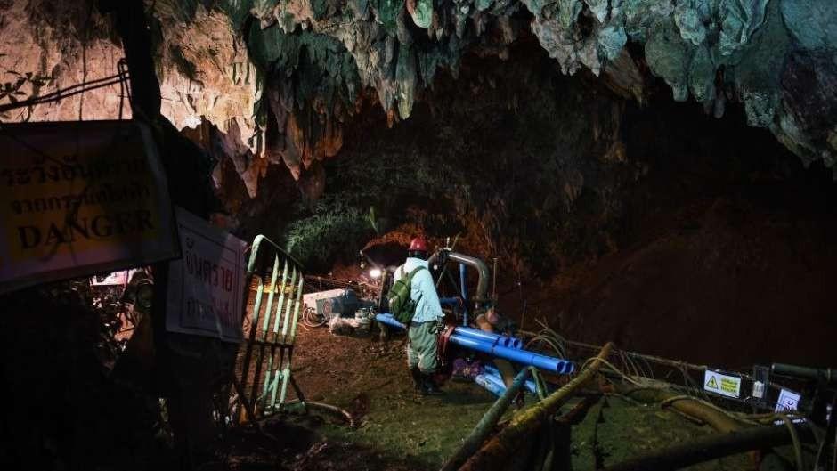 Tailandia: un buzo murió ahogado cuando llevaba oxígeno a los chicos atrapados en la cueva