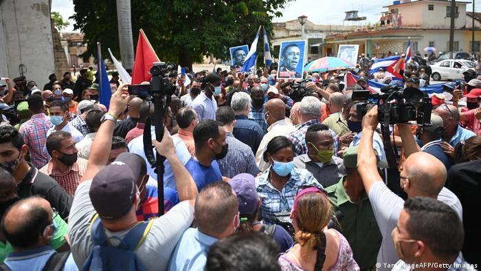 """""""¡Abajo la dictadura!"""": miles de cubanos salieron a las calles para protestar contra el régimen en medio de la grave situación sanitaria"""
