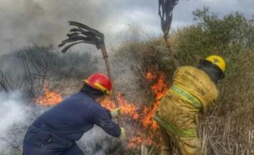 Bomberos combatían un incendio en Villa de Las Rosas