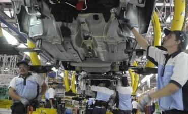 Según la UIA, volvió a caer la producción industrial y disminuyó 2,1% el empleo