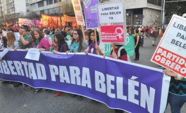 Ordenan liberar a la joven encarcelada por un aborto espontáneo