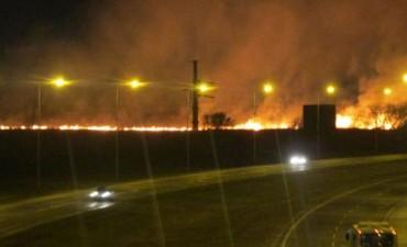 Se desató un incendio al costado de la autopista Córdoba-Carlos Paz