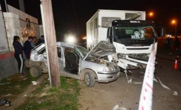 Choque fatal en Circunvalación: colisionaron un auto y un camión de Epec