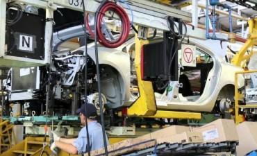 Renault busca reducir un turno de producción, según Smata