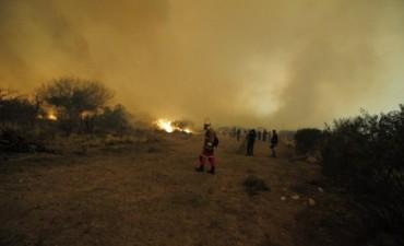 Avanza el fuego en San Luis y evacuan parte de un pueblo