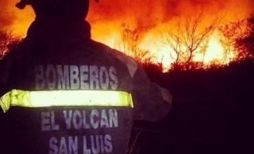 Controlan fuego que se asomó por algunas casas en Los Molles