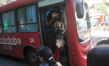 Detienen a un hombre por manosear a una joven en un colectivo interurbano