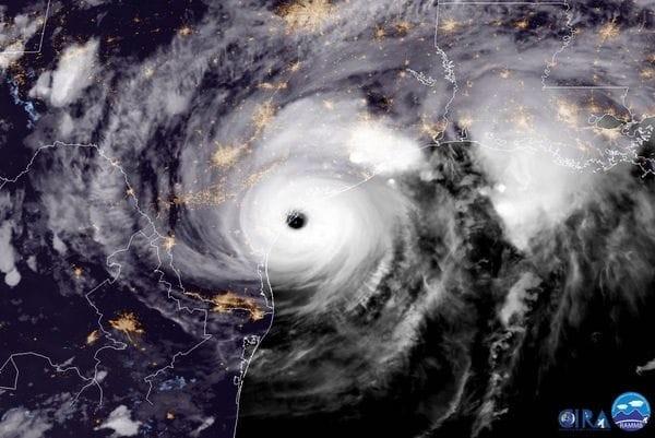 Alerta en EEUU: El huracán Harvey se degradó a categoría 2 tras alcanzar la costa de Texas
