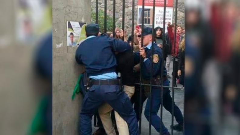 Tensión e incidentes entre estudiantes y la Policía en la Facultad de Derecho