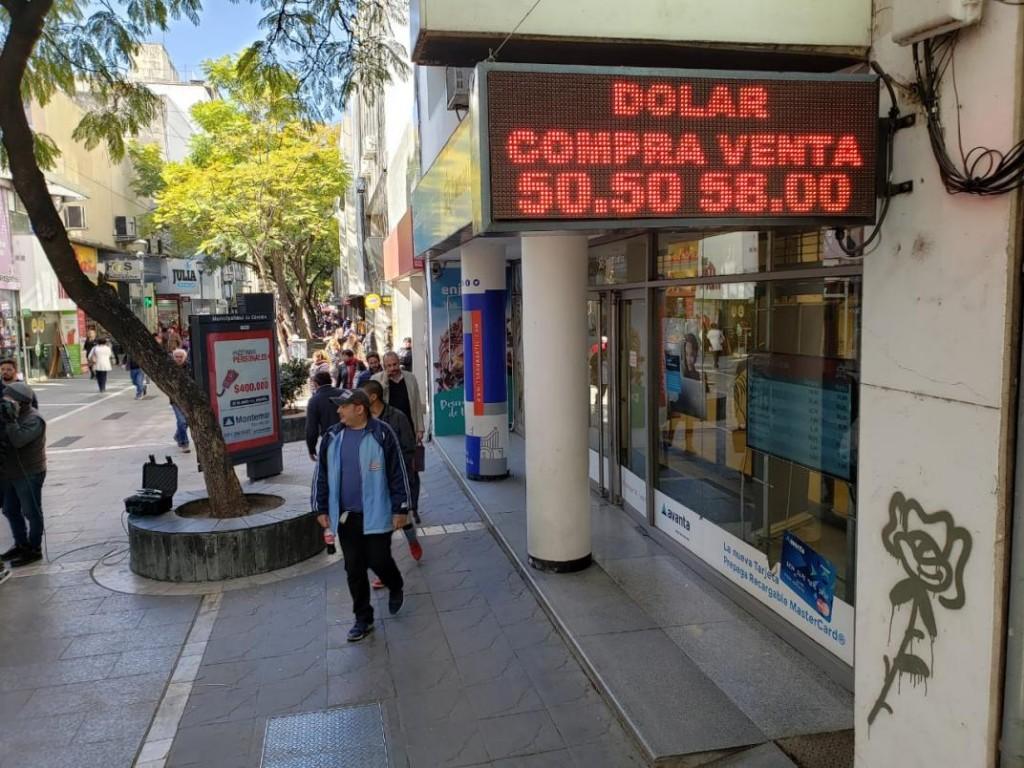 El dólar cerró a $ 58,32 presionado por el fuerte accionar oficial