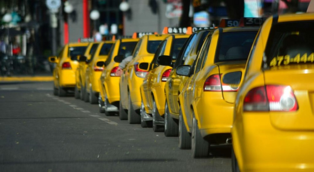 Taxis y remises marchan hoy contra Uber en córdoba