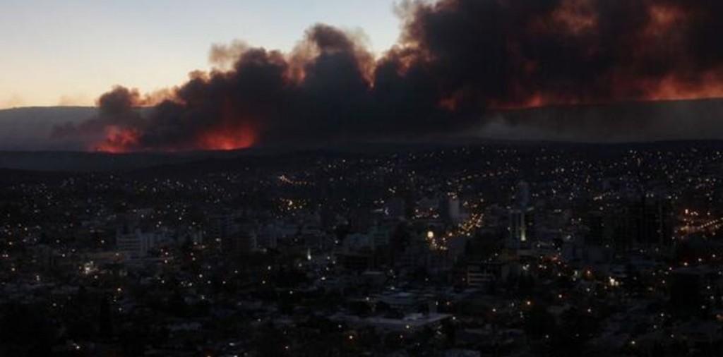 Bomberos combaten un incendio en Icho Cruz