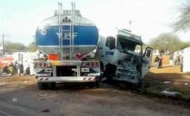 Doce muertos por un choque entre un camión de YPF y una combi repleta de docentes en Santiago del Estero