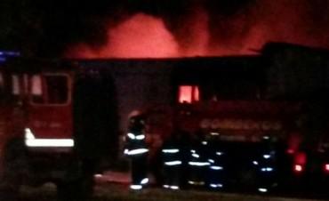 Incendio de proporciones en una fábrica de zapatillas