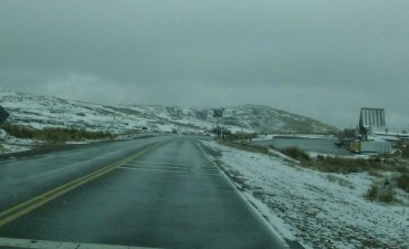 Camino a las Altas Cumbres Permanece cortado por nieve