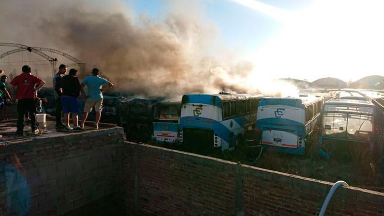 Incendio en un depósito de colectivos: vecinos lo combatieron con baldes de agua