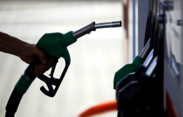 Liberan el precio mayorista pero no el minorista de la nafta