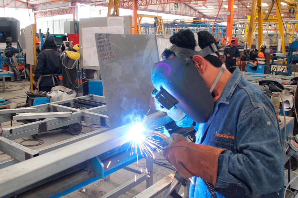 La producción fabril cayó 6,1% interanual en julio