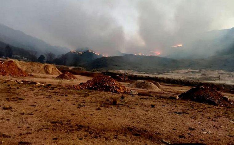Bomberos no logran controlar un incendio cerca de Río de los Sauces
