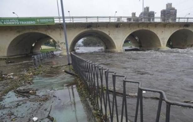 Cortaron la Costanera de Córdoba por agua en la calzada