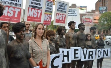 Protestan en topless en contra de la ley de Hidrocarburos