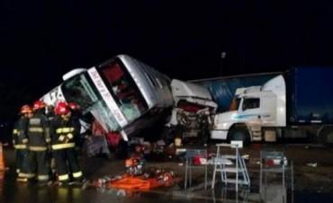 Un muerto y más de 20 heridos por el choque de un colectivo y un camión en la Ruta 19