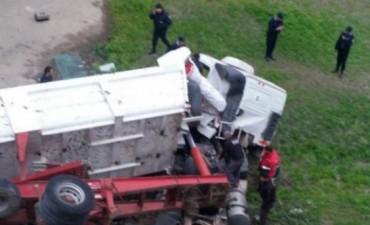 Un camión cayó al vacío desde el Puente Negro en Carlos Paz