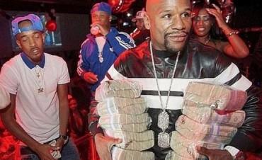 Floyd Mayweather regaló billetes en una fiesta