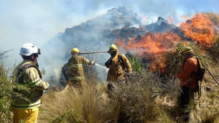 Bomberos combaten dos focos de incendio en las sierras
