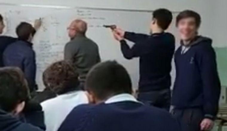 El colegio Emaús, expresó que los chicos usaron un arma de juguete