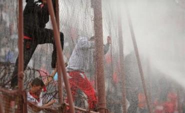 El estallido: Huracán perdía por goleada, se suspendió por incidentes y renunció el técnico