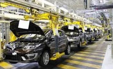 Renault suspende a la mitad de sus operarios