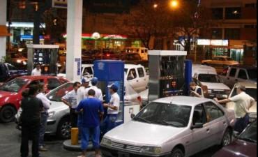El precio del petróleo baja en todo el mundo, pero aumenta en la Argentina